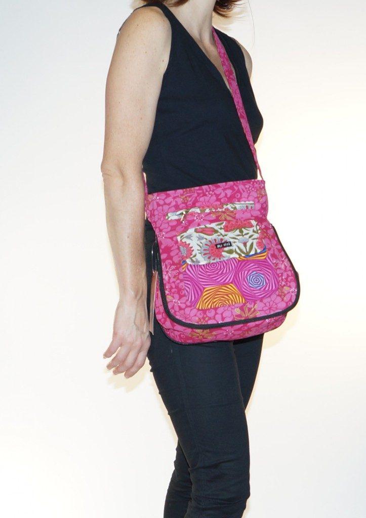 Un amour de petit sac avec pleins de pochettes pour mettre tous vos secrets. Coloris assortis, création originale Moshiki