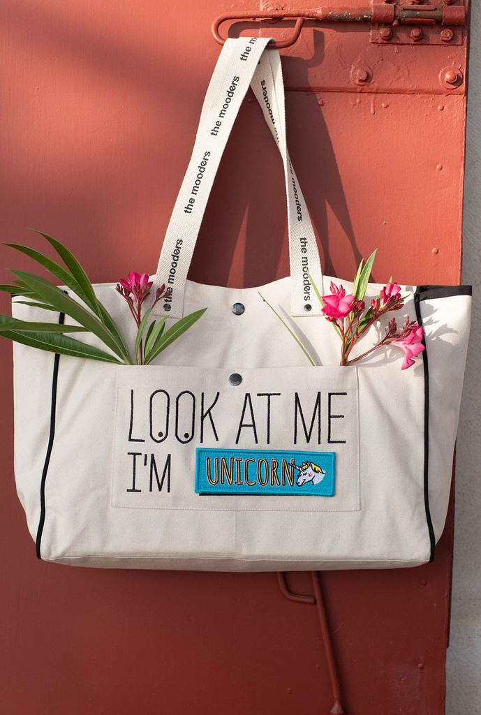 Le grand sac très robuste en coton Bio, à personnaliser avec les différents scratch disponibles. Un sac dont on a toujours besoin  https://www.chic-ethnique.com/pomkin/